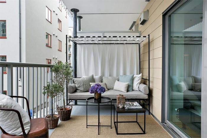 lösungen für kleine balkone, sofa so groß wie die breite des balkons, schöne dekorationen, zwei kaffeetische, blumen