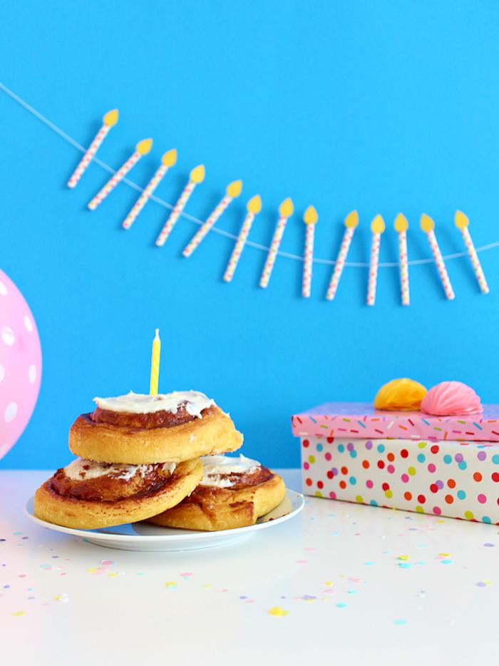 Geburtstagsparty für Kind, Girlande aus Strohhalme, Donuts und Geburtstagsgeschenk