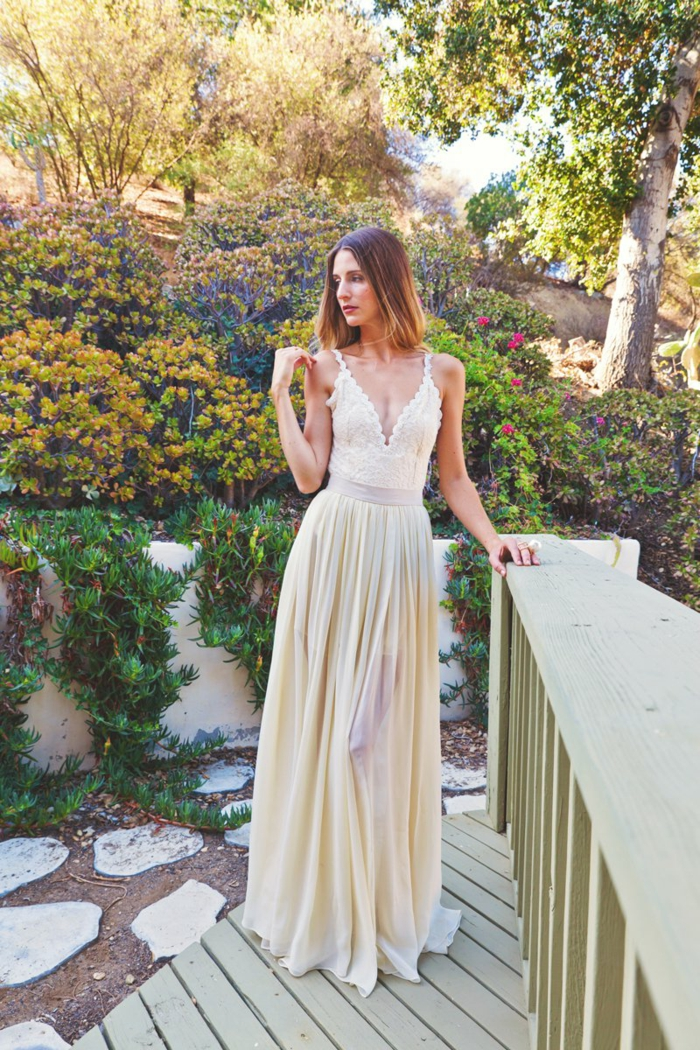 eine Hochzeit im Garten, gelbes Brautkleid Hippie, mit tiefen Ausschnitt