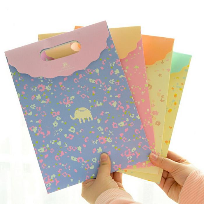 eine Menge Geschenktüten, Geschenktüten falten in vielen Farben mit kleinen Bildchen