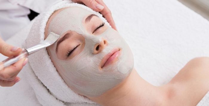 gesichtspeeling ideen im kosmetik studio, mit pinsel die maske auftragen, kopftuch
