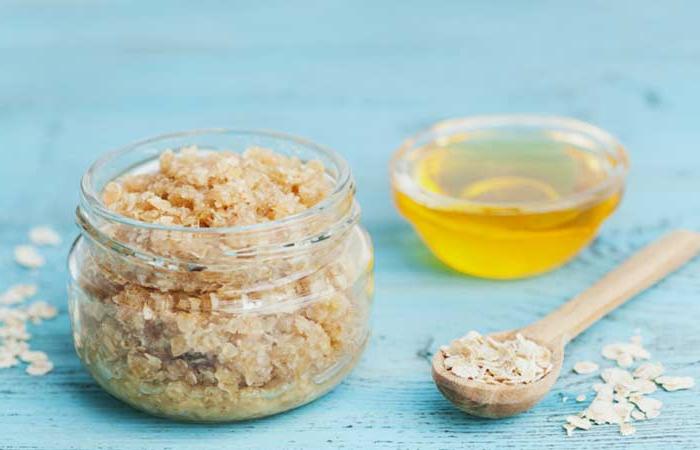 gesichtspeeling selber machen, haferflocken mit honig und zucker und salz mischen