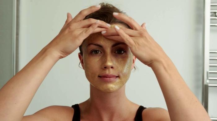 körperpeeling selber machen und auf das gesicht einmassieren, richtiges auftragen, frau mit grüner maske