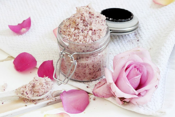 körperpeeling selber machen, naturprodukte, naturelle kosmetik für fene damen, rosa blätter, kaffee, kakao