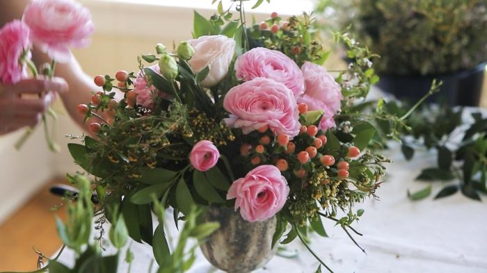 tischdekoration selber machen, bunte gestaltungsidee rosa und grün deko mit rosen