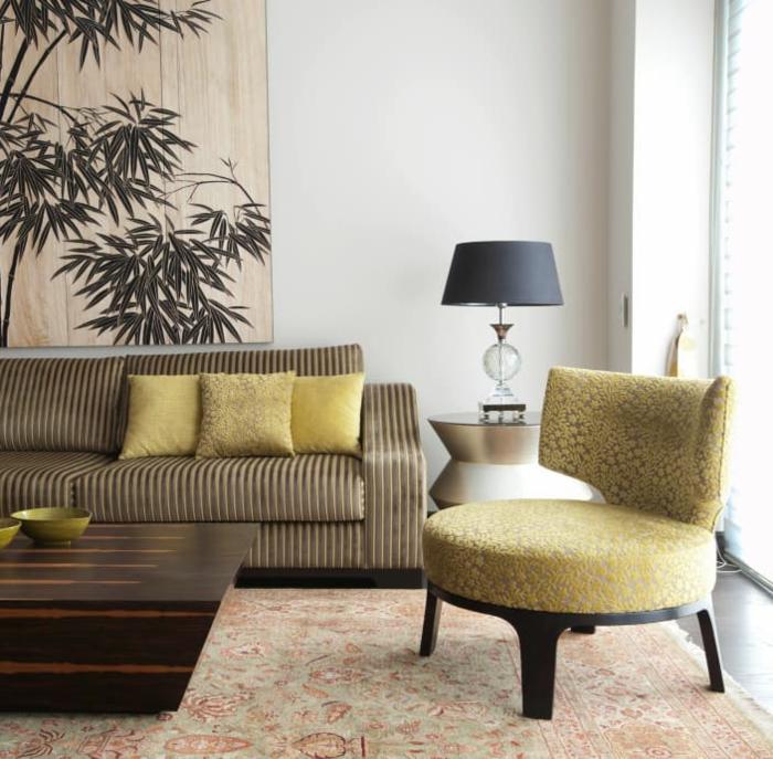 braunes Sofa, gelbe Kissen und gelber Sessel, Tisch aus Holz, schöne Wohnzimmer