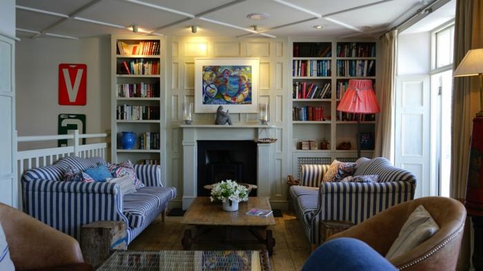 zwei blaue Sofas mit Streifen, weiße Regale, ein Tisch aus Holz, schöne Wohnzimmer