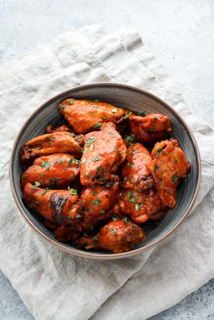 schüssel mit fleisch, gesundes abendessen warm, hühnerfleisch mit tomatensoße