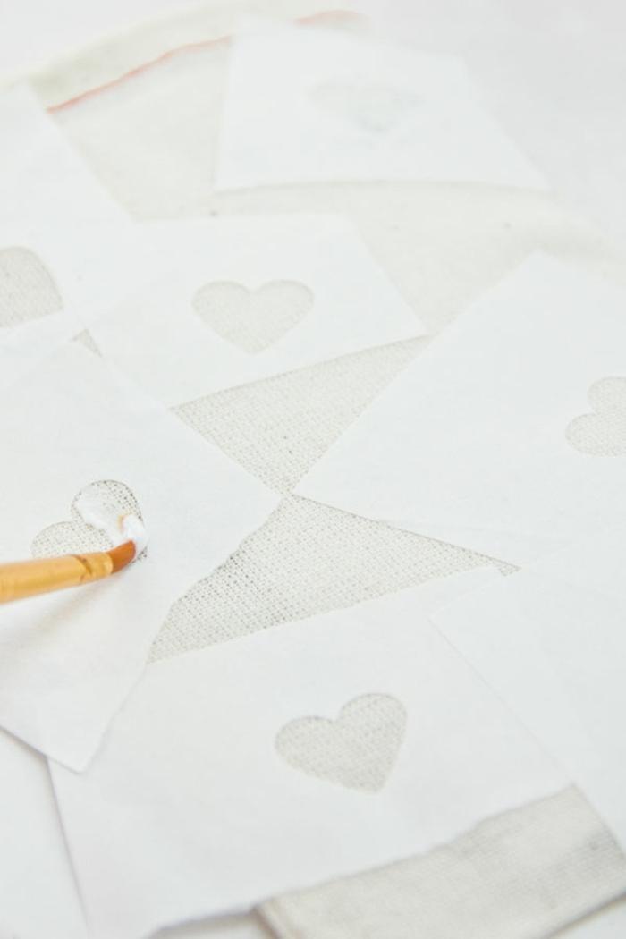 Geschenktüten basteln und verzieren, kleine Herzen ausschneiden und als Schablone benutzen