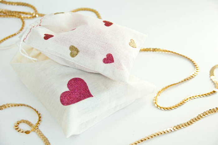 Geschenktüten basteln, rosa und goldene Dekorationen in der Form von Herz
