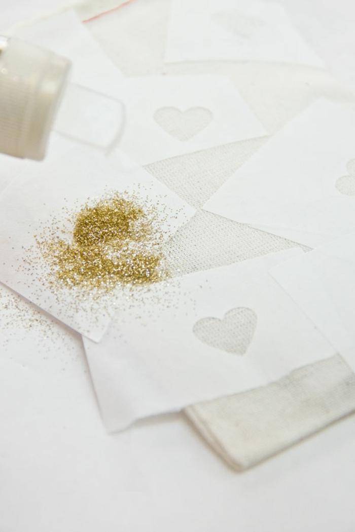 goldenes Glitter auf die Schablone bestreuen, Geschenktüten basteln und verzieren
