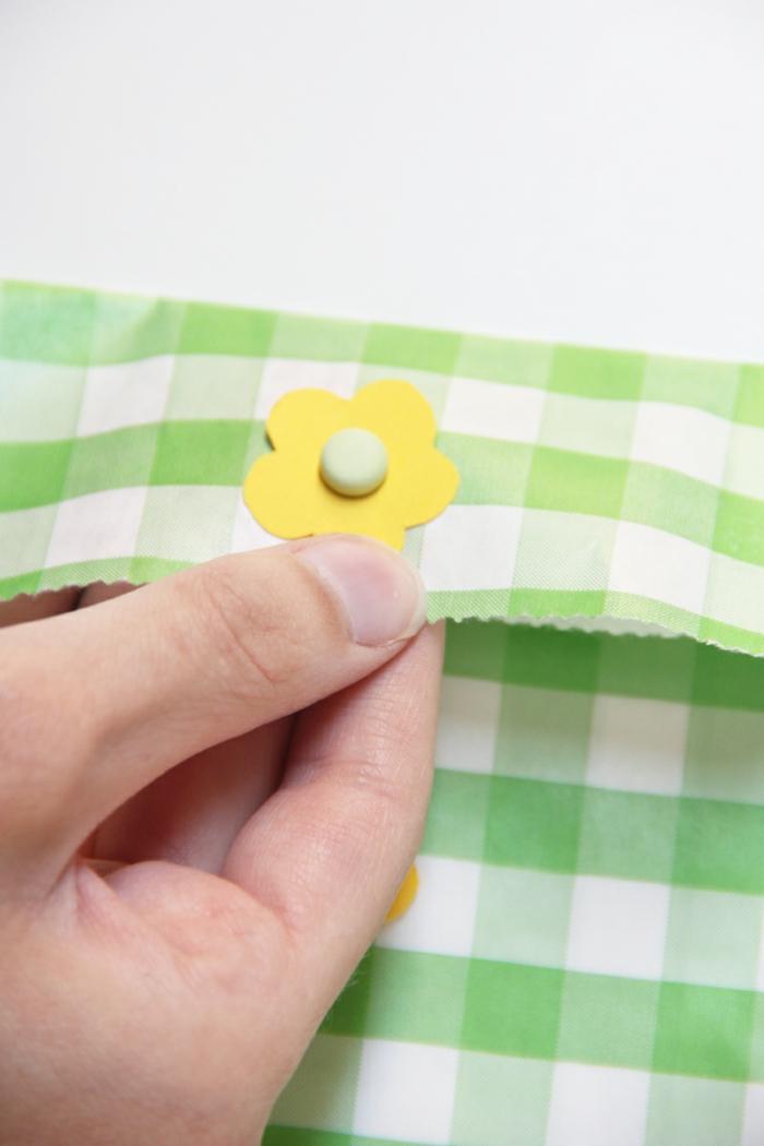 Tüte falten mit gelben Blumen verzieren, kariertes Papier, Grün und Weiß