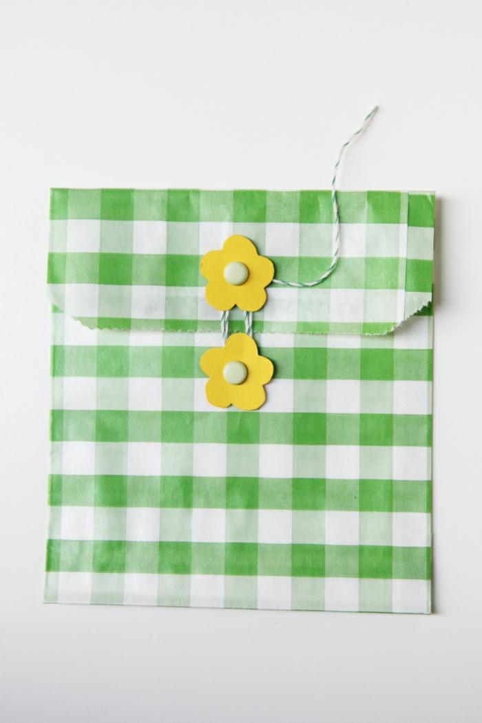 Tüte falten, zwei Blumen in gelber Farbe, mit einer grünen Schnur gebunden,