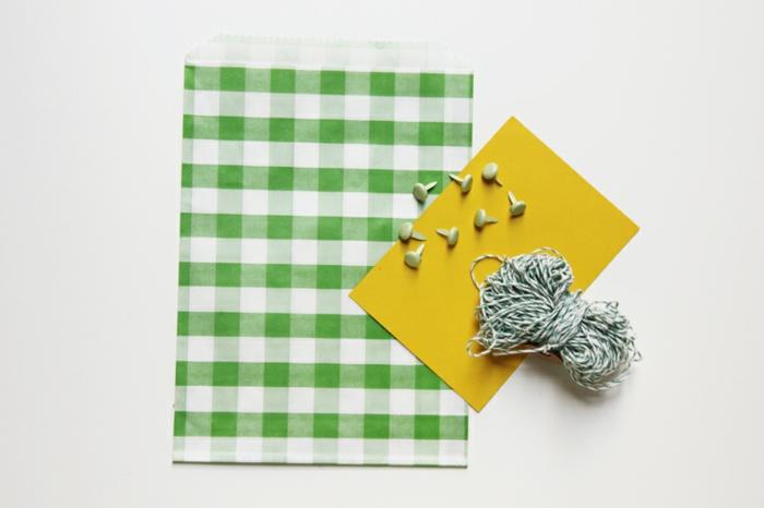 nur einiges brauchen Sie, um Tüte zu basteln, Tüte falen aus karriertem Papier