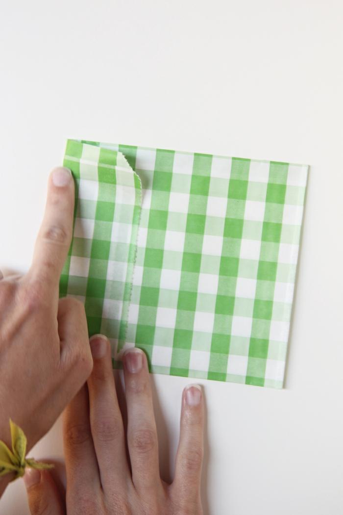 Tüte falten für ein kleines Geschenk oder eine Glückwunschkarte zum Geburtstag