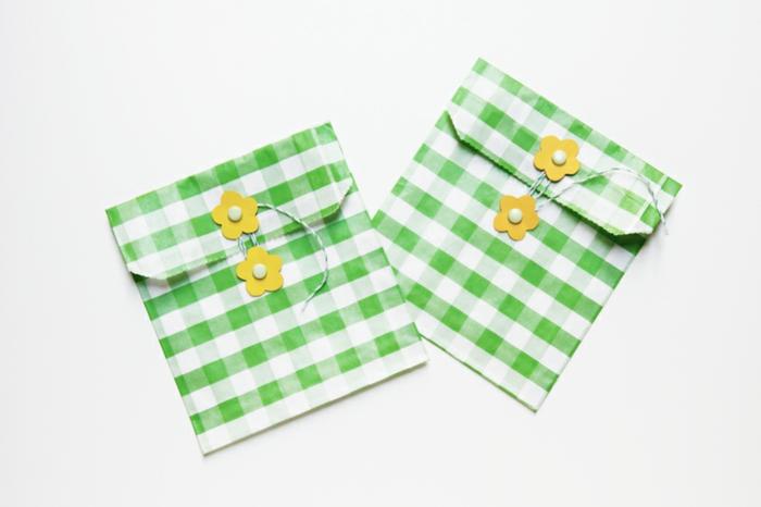 zwei gleiche Tüten zum Geschenke, Tüte falten und verzieren, mit Geschenke füllen