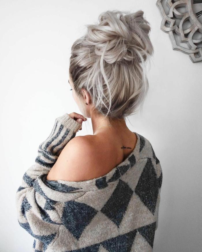 graue Bluse, graue Haare, Dutt Haare in lässiger Frisur zum Entlehnen