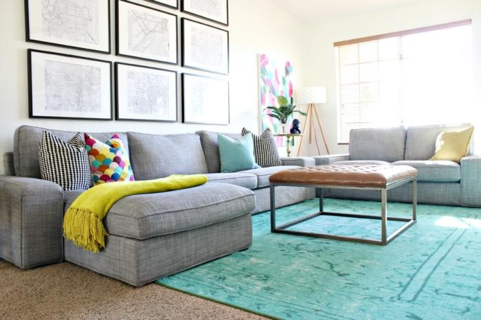 blauer Teppich, ein Quadrate Couchtisch, graue Sofas, Wohnzimmer Einrichtung