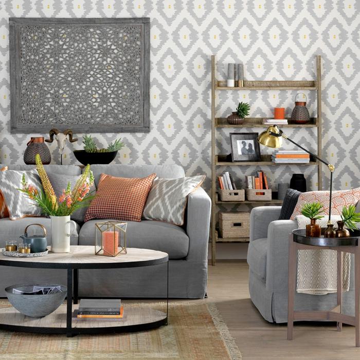 Tapeten mit grauen Motiven, graues Sofa, grauer Sessel, ein Regal mit Fotos, Wohnzimmer Einrichtung