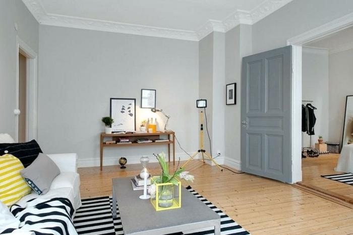 gestreifter Teppich, Laminat Boden, eine graue Tür, moderne Wandfarben