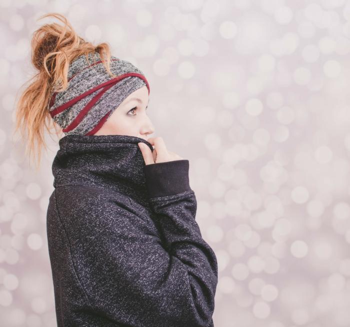 ein Mantel in schwarzer Farbe, ein Tuch in grauer Farbe, roter Dutt, Frisuren selber machen