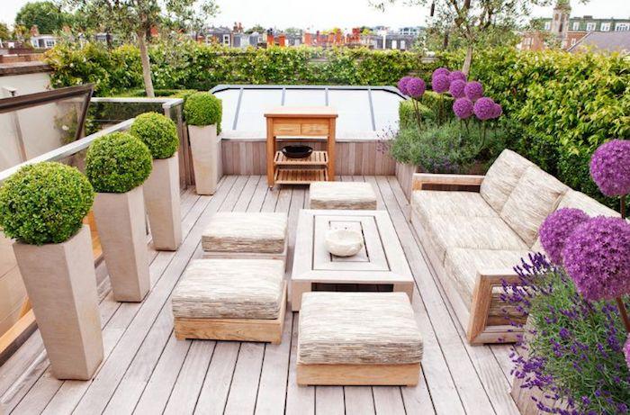 kleinen balkon gestalten, große beige pflanzgefäße, grüne pflanzen, außenmöbel, büsche