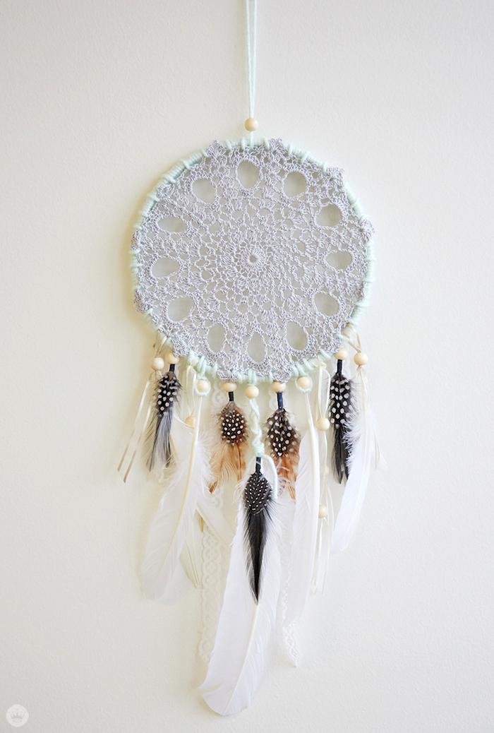 großer traumfänger, wanddeko selber machen, lange weiße und kleinere bunte federn, indianischer schmuck
