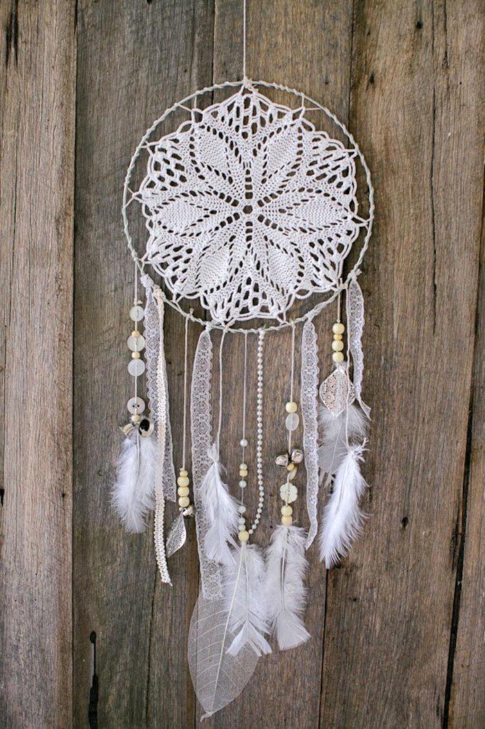 großer traumfänger, holzzaun, metallener ring, weißes spitzendeckchen, spitze, perlen