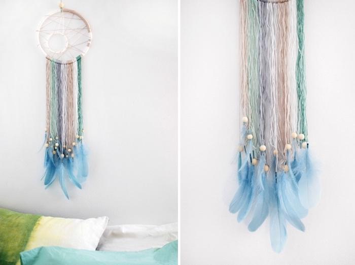 großer traumfänger an die wand aufhängen, blaue federn, perlen aus holz, faden in verschiedenen farben