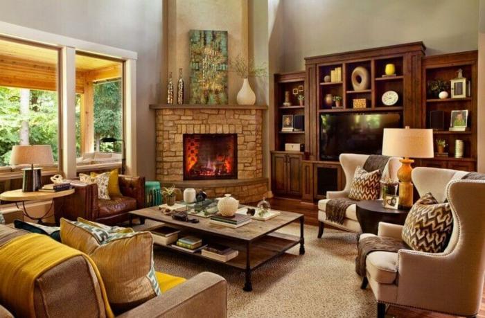 Braune Wohnzimmergestaltung, ein niedriger Tisch, zwei Sessel, ein Kamin