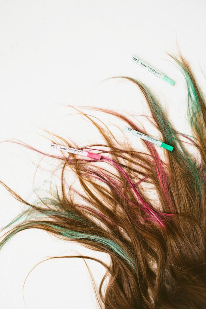 Haare selber färben, bunte Strähnen, in Rosa und Grün, Regenbogenfarben für den Abiball