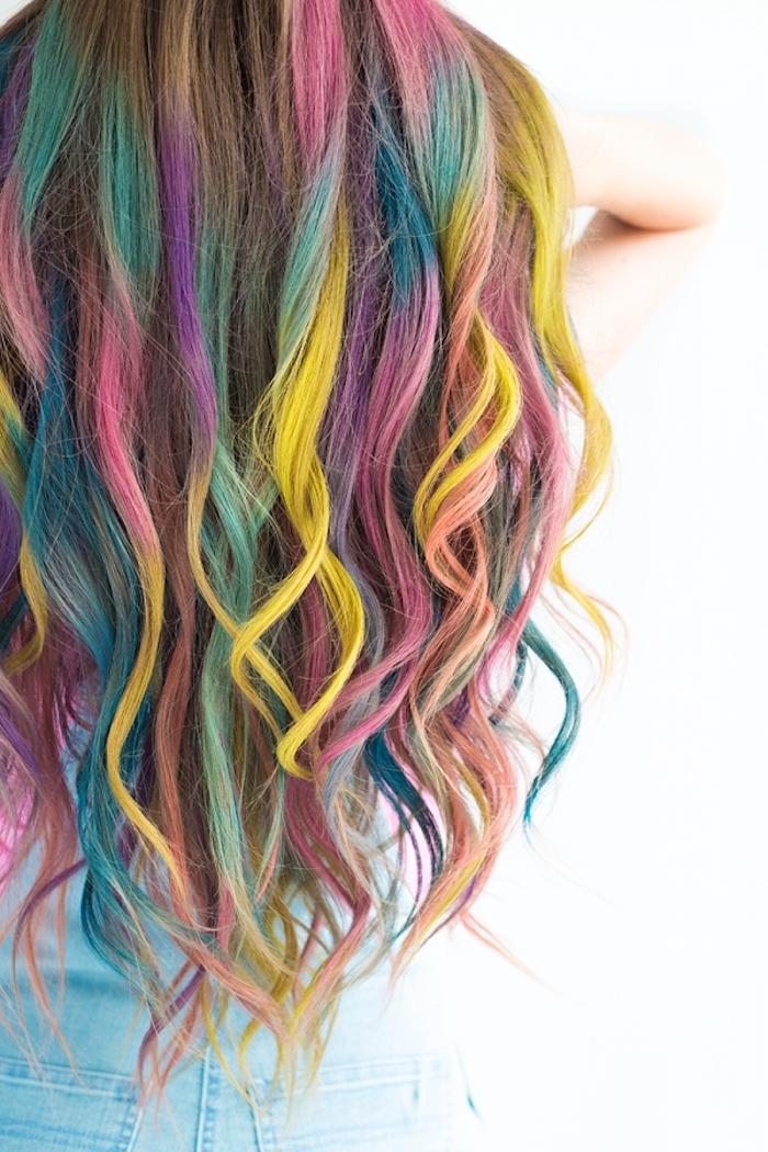Bunte Strähnen, Haare in Regenbogenfarben, schöne Wellen, Abiball Ideen