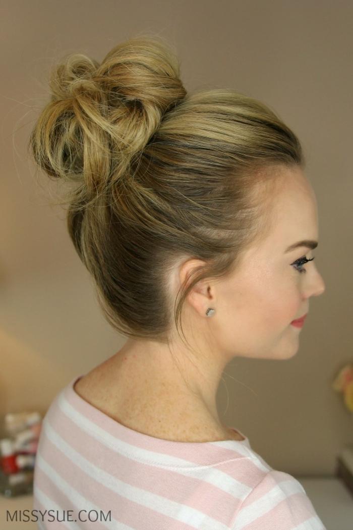 blonde Haare, ein Hochsteckfrisur mit Dutt, Frisuren selber machen