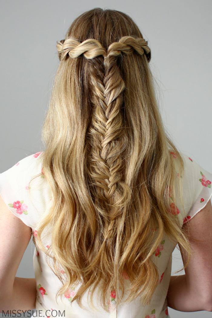 Halboffene Frisur, dünner Fischgrätenzopf, lange blonde Haare, natürliche Wellen