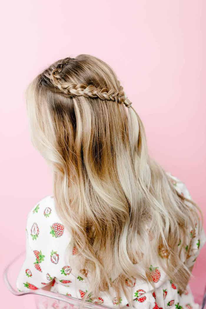 Zopf-Herz selber flechten, halboffene lange blonde Haare, natürliche Wellen, weiße Bluse mit Erdbeeren