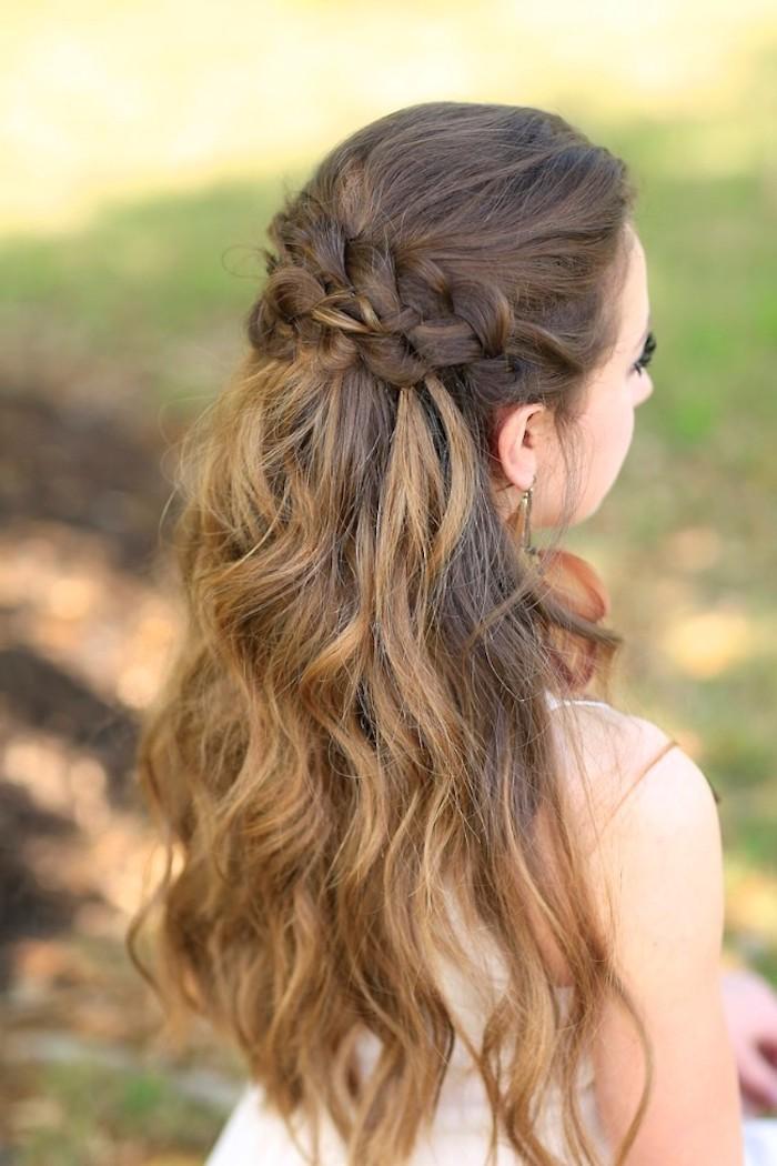 Halboffene Frisur mit schönen Locken, zwei Zöpfe, kastanienbraune Haare mit dunkelblonden Strähnen
