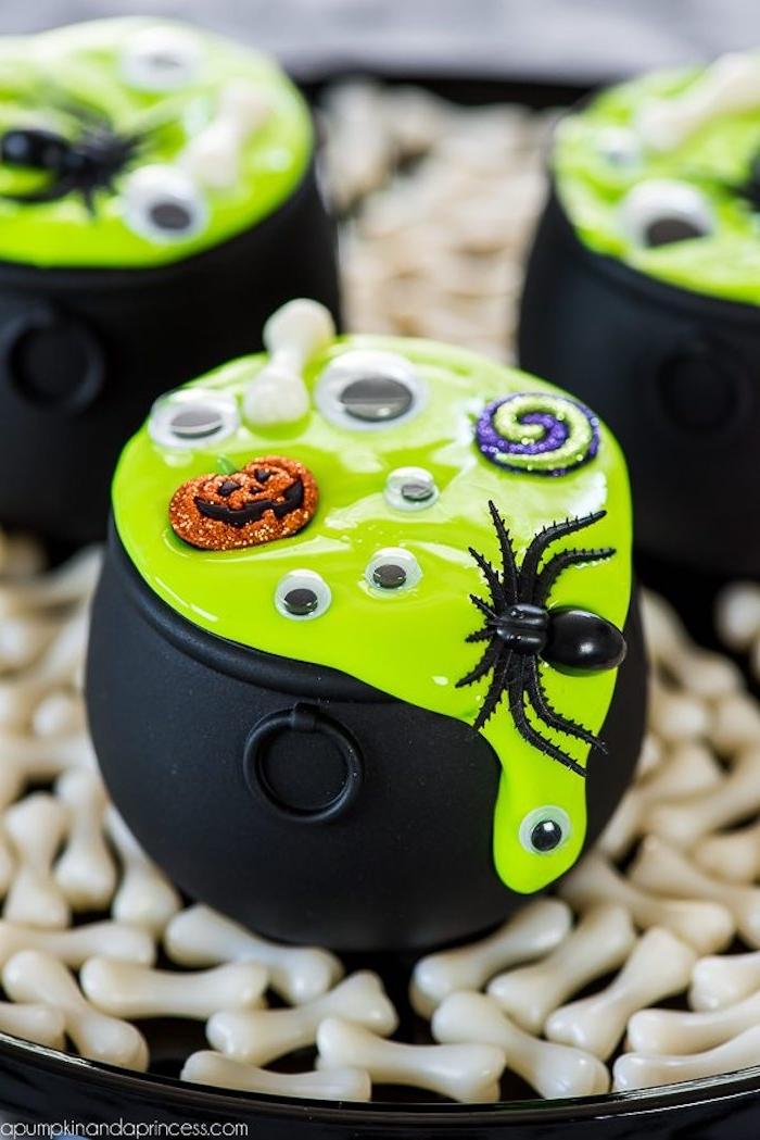 Halloween Deko selber machen, grüner Schleim, Spinnen Wickelaugen und Knöchel darin