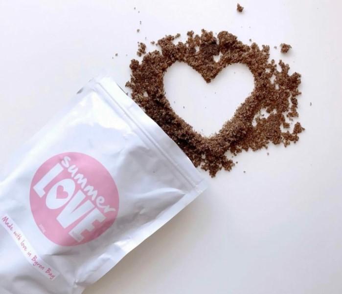 körperpeeling selber machen, herzförmige deko idee, kommt aus der verpackung selber, zucker und kaffee