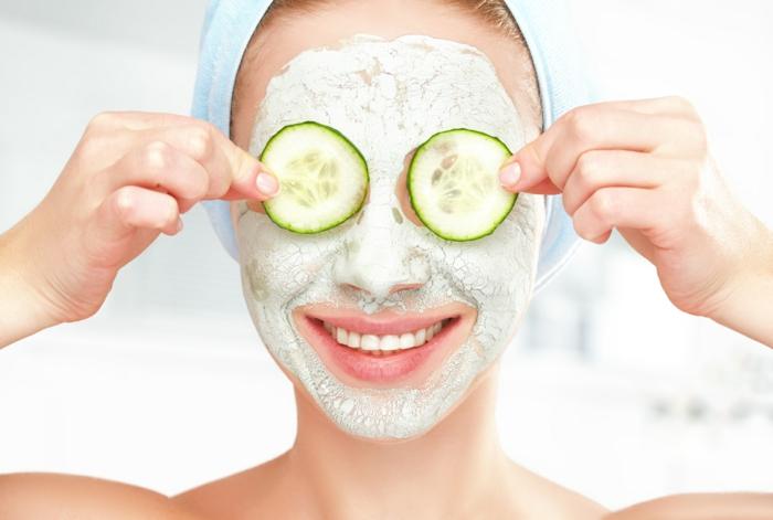 peeling gesicht idee für damen mit sinn für humor, gurken auf den augen, grüne maske
