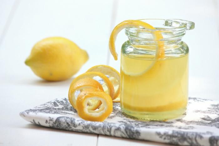 peeling gesicht mit zitrone oder die zitronen einfach für lemonade verwenden, schöne idee zum hydratieren
