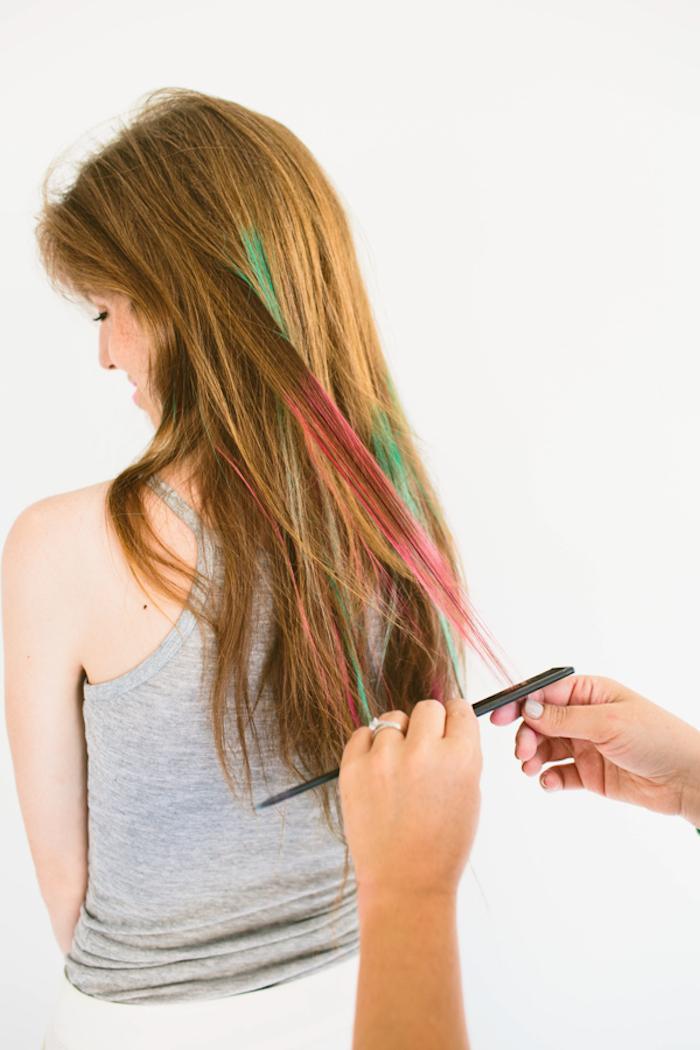 Rosa und grüne Strähnen, Haare selber färben für den Abiball, kreative Ideen