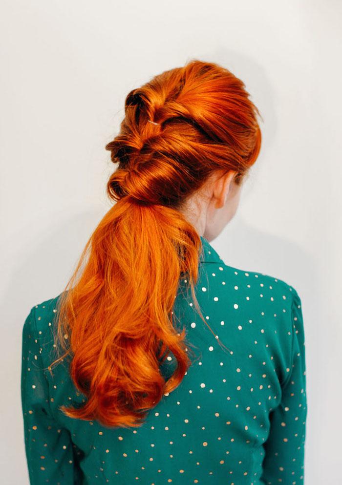 Schöne und leichte Frisur für lange Haare, rotes Haar, grünes Hemd mit weißen Punkten