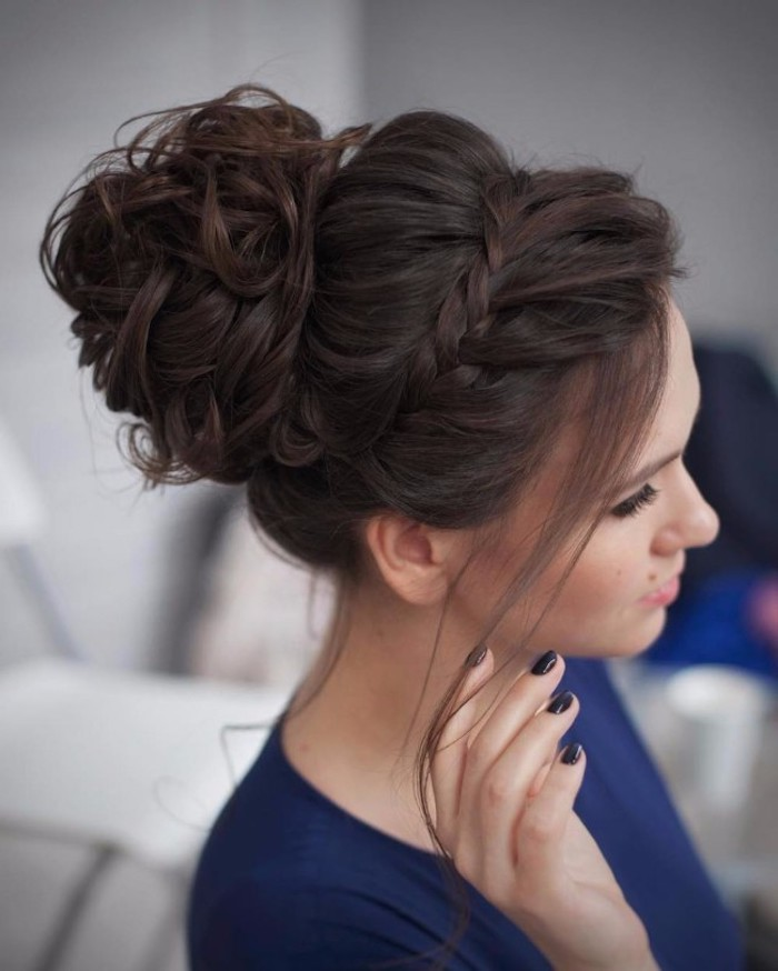 Messy Dutt und Zopfkranz, coole Hochsteckfrisur für den Abiball, für lange Haare