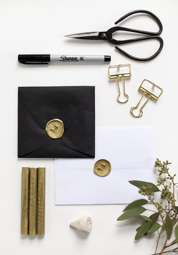 hochzeitseinladungen selber basteln, schwarzer und weißer briefumschlag, wachssiegel selber machen