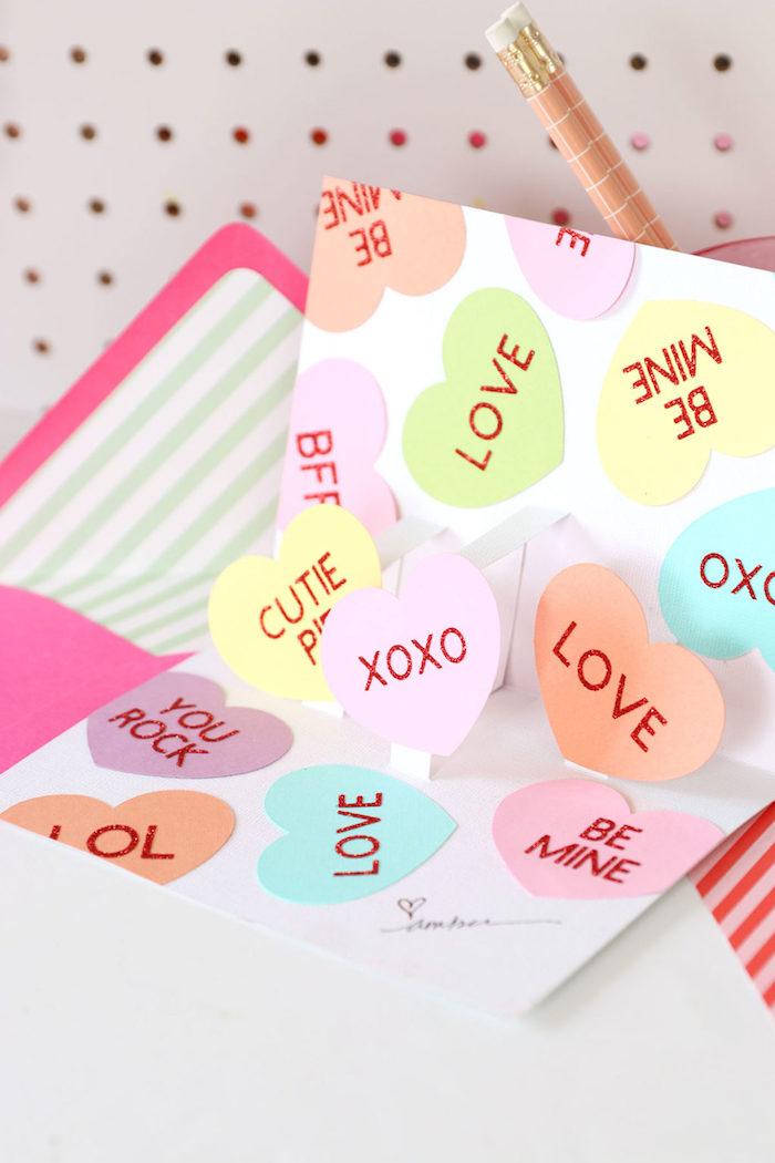 Pop Up Karte selber basteln, mit vielen bunten Herzen, Idee für selbstgemachte Hochzeitskarte