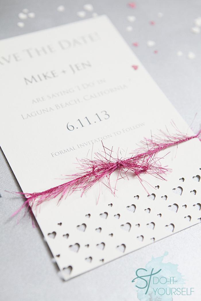 hochzeitskarten selber basteln, selbstgemachte einladungskarte dekoriert mit herzen und rosa girlande