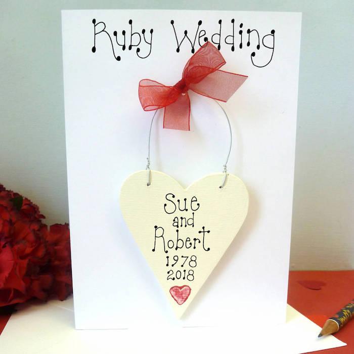 Kreative Idee für Hochzeitskarte, Herz aus Holz mit roter Schleife, Namen und Hochzeitsdatum