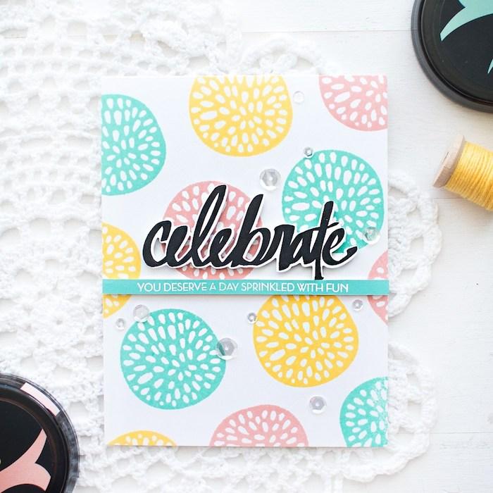 Selbstgemachte Hochzeitskarte, schwarze Aufschrift, bunte Kreise und durchsichtige Pailletten