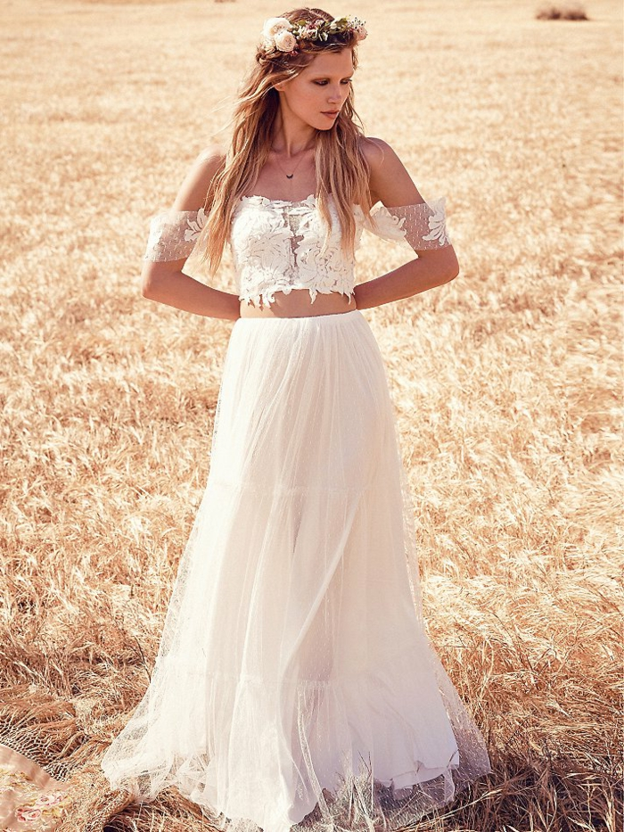 eine Braut auf dem Feld mit Hochzeitskleid aus zwei Teilen, Brautkleid Hippie