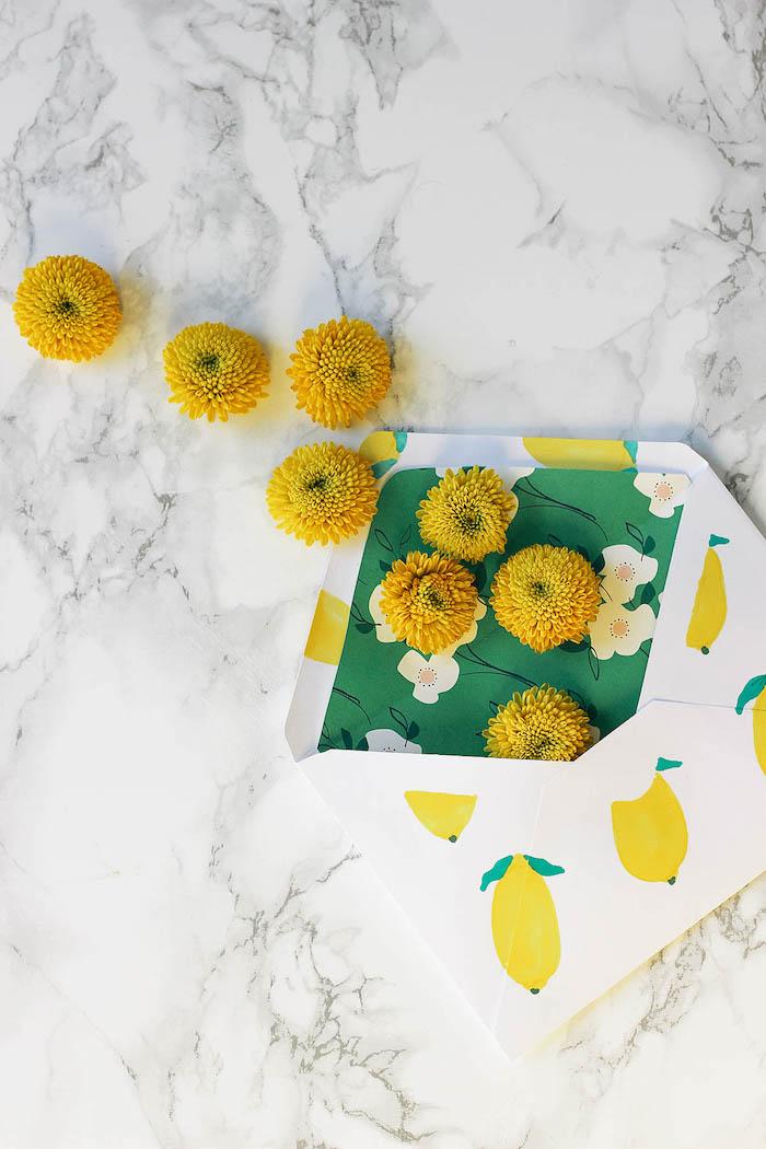 Briefumschlag voll mit gelben Blumen, Zitronen aufgezeichnet, kleines Hochzeitsgeschenk